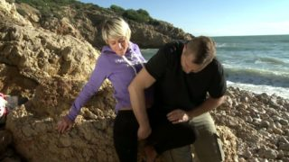 jeune cochonne sodomisée sur une plage d'Espagne