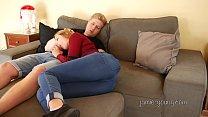ce couple se detent sur le canapé apres une journée de taff